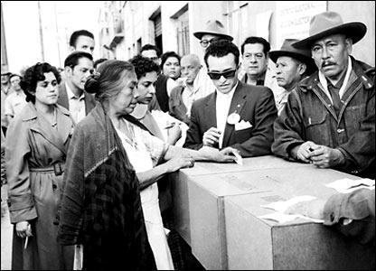 Una mujer votando en las elecciones de 1956.